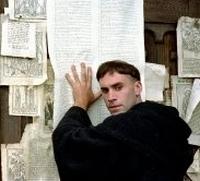 Der Mönch Martin Luther (Joseph Fiennes) bringt die Kirche gegen sich auf.