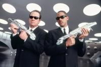 Agent Kay (Tommy Lee Jones, links) und Agent Jay (rechts) überwachen die Außerirdischen auf der Erde.