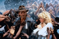Indiana Jones (Harrison Ford) und Willie (Kate Capshaw) müssen in Indien notlanden.