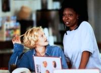 Jane (Whoopi Goldberg, rechts) hilft Holly (Drew Barrymore) auf der Flucht vor ihrem prügelnden Ex.