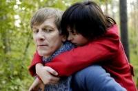 Alma (Anna Fischer) kann nicht genug von ihrem Vater (Lutz Blochberger) bekommen.