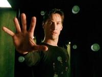 Neo (Keanu Reeves) traut seiner Wahrnehmung nicht über den Weg.