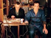Greg (Ben Stiller, rechts) hat einen extrem misstrauischen Schwiegervater (Robert de Niro) in spe.