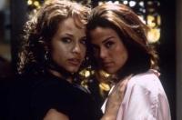 Maya (Leila Arcieri, links) und Brittney (Susan Ward) sind beide hinter einem Millionenerbe her.