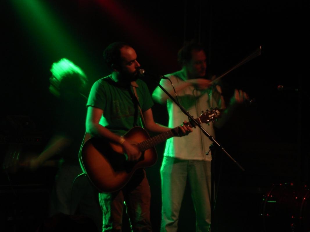 Sänger Greg Jamie und der peinlichste Mann des Abends: Geiger Bob Pycior.