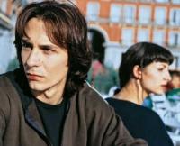 Otto (Fele Martínez) und Ana (Najwa Nimri) verlieben sich als Teenager - und kommen nicht voneinander los.