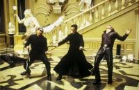 Neo (Keanu Reeves, Mitte) muss die Stadt Zion vor der Zerstörung retten.