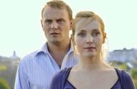 Frank (Devid Striesow) gibt sich bei Tanja (Nadja Uhl) als erfolgreicher Manager aus.
