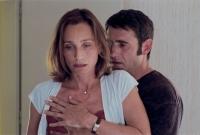 Suzanne (Kristin Scott Thomas) ist verheiratet, kommt aber nicht von Ivan (Sergi Lopez) los.