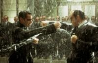 Neo (Keanu Reeves, links) bekommt es gleich mit mehreren Exemplaren von Smith (Hugo Weaving, rechts) zu tun.