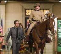 Nachtwächter Larry (Ben Stiller, links) muss sich mit Figuren rumschlagen, die zum Leben erwecken, wie die von Theodore Roosevelt (Robin Williams).