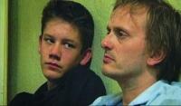 Sebastian (Sebastian Butz) hilft seinem Vater (Milan Peschel) bei der Jobsuche.