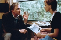 John (Daniel Craig) beginnt eine Affäre mit Miriam (Heike Makatsch).