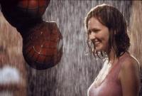 Spider-Man (Tobey Maguire) muss Mary-Jane (Kirsten Dunst) gleich mehrfach retten.