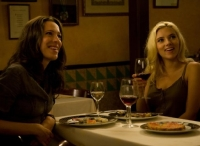 Vicky (Rebecca Hall) und Cristina (Scarlett Johansson, rechts) wollen den Sommer in Spanien genießen.