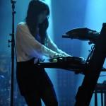 Seine Bandkollegin Alisa Xayalith beschränkte sich auf ein Instrument.