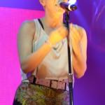 Schon während der ersten zwei Songs legte Robyn einen Striptease hin.