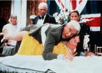Frank Drebin (Leslie Nielsen) soll die Königin von England schützen - wie man sieht.