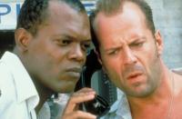 John McClane (Bruce Willis, rechts) und Zeus Carver (Samuel L. Jackson) werden von einem Erpresser durch New York gejagt.