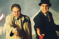 Inspector Very Long (Bastian Bastewka, rechts) und Chief Inspector Even Longer (Oliver Kalkofe) sind auf der Jagd nach einem Superschurken.