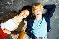 Der Liebe von Nina (Sophie Rogall) und Jan (Timo Mewes) steht eine Krankheit im Weg.
