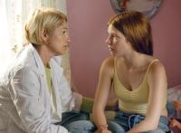 Aviva (Hannah Freimann) wird von ihrer Mutter (Ellen Barkin) zur Abtreibung gedrängt.