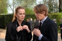 Simon (Alan Tudyk) muss seiner Schwester (Daisy Donovan) gestehen, dass er Drogen auf die Beerdigung geschmuggelt hat.