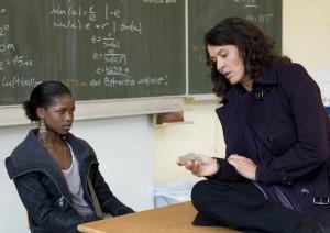 Kommissarin Lena Odenthal (Ulrike Folkerts) sucht das Vertrauen der 16-jährigen Eshe (Corazon Herbsthofer). Foto: SWR/Stephanie Schweigert