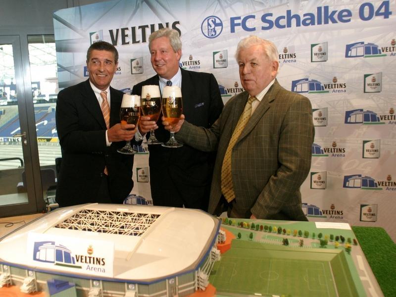 Schalke ist Veltins - Schalke ist Veltins. So heißt hier die Botschaft. 30.000 Liter Bier werden pro Spiel in der Veltins-Arena verkauft.
