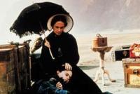 Ada (Holly Hunter) wandert mit ihrer kleinen Tochter nach Neuseeland aus.