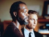 Anwalt Jake Brigance (Matthew McConaughey, rechts) will Carl Lee Hailey (Samuel L. Jackson) vor der Todesstrafe bewahren.
