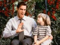 Fletcher Reede (Jim Carrey) wird von seinem Sohn (Justin Cooper) gezwungen, nur noch die Wahrheit zu sagen.
