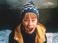 Kevin (Macaulay Culkin) muss sein Haus ganz allein gegen Einbrecher verteidigen.