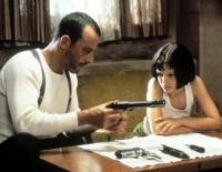 Léon (Jean Reno) beschützt Mathilda (Natalie Portman), die von ihm das Töten lernen will.