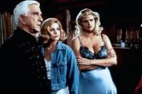 Tanja Peter (Anna-Nicole Smith, rechts) sorgt für Ärger zwischen Frank Drebin (Leslie Nielsen) und seiner Frau Jane (Priscilla Presley).