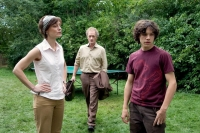 Paul (Sebastian Urzendowsky, rechts) bringt das Leben in der Familie seines Onkels durcheinander.