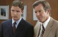 Carter (Topher Grace, links) ist der neue Boss von Dan (Dennis Quaid).