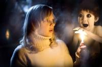 Ein Geist gibt Cindy (Anna Farris) den Hinweis zur Rettung der Welt.