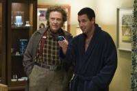 Morty (Christopher Walken, links) verkauft Michael (Adam Sandler) eine magische Fernbedienung.