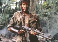Chris Taylor (Charlie Sheen) verliert in Vietnam den Glauben an den gerechten Krieg.