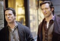 Robert Angier (Hugh Jackman, rechts) und Alfred Borden (Christian Bale) wollen sich als Zauberer gegenseitig übertreffen.