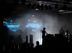 Drei Leute, ganz in schwarz - das reicht bei Digitalism für die Bühnenshow. Und wirkt ein bisschen wie Rock.