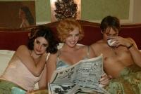 Guy (Stuart Townsend) bandelt mit Mia (Penélope Cruz, links) und Gilda (Charlize Theron) an.