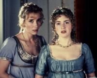 Marianne (Kate Winslet, rechts) und ihre Schwester Elinor (Emma Thompson) fürchten den sozialen Abstieg.