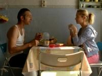 Ronald (Andreas Schmidt) quartiert sich ungefragt bei Nike (Nadja Uhl) ein.