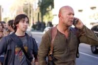 Matt Farrell (Justin Long, links) ist für John McClane (Bruce Willis) der Schlüssel zu einer Verschwörung.
