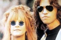 Für Jim Morrison (Val Kimer) und seine Freundin Pam (Meg Ryan) wird die Karriere der Doors zum ultimativen Trip.