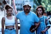 Udo Struutz (Wolfgang Stumph) will mit seiner Frau Rita (Marie Gruber) und Tochter Jacqueline (Claudia Schmutzler) nach Neapel.