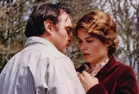 Lady Chatterley (Marina Hands) entdeckt in der Affäre mit Wildhüter Parkin (Jean-Louis Coullo'ch) ihre Sexualität.