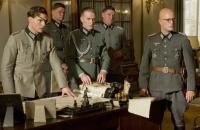 Oberst Stauffenberg (Tom Cruise, links) soll ein Attentat auf Adolf Hitler verüben.